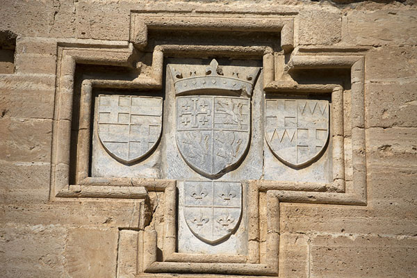 Foto van Coat of arms of the Lusignans on the wall of the east side of Kolossi Castle - Cyprus - Europa