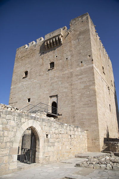 Looking up the keep of Kolossi Castle | Kolossi Castle | 塞浦路斯