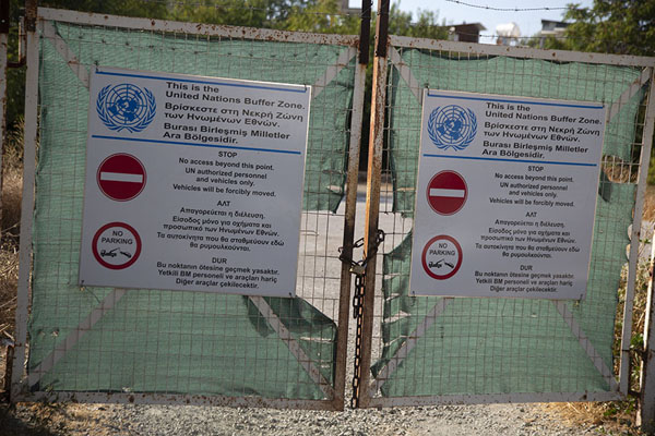 Fence with signage from the UN at the green line in Nicosia | Nicosia Green Line | Cipro