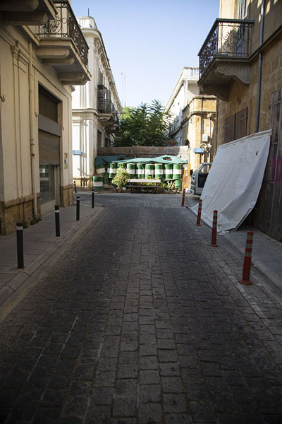 Foto van The green line visualised: barricaded street - Cyprus - Europa