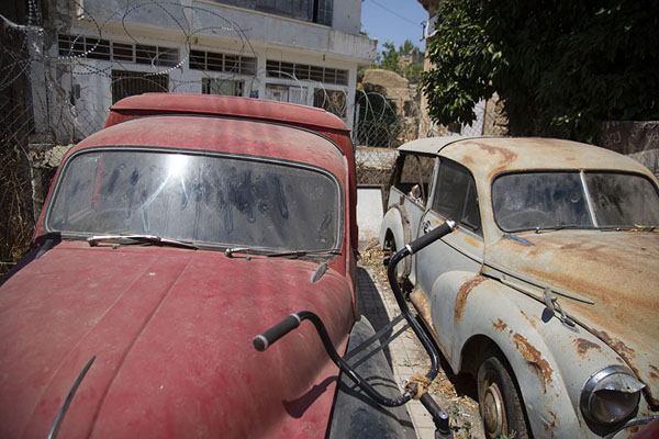 Vintage cars parked at the border in Nicosia - 塞浦路斯