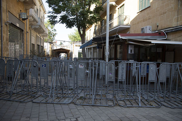 Fences closing off the checkpoint at Ledra Street, for Covid-19 reasons | Nicosia Green Line | Cipro