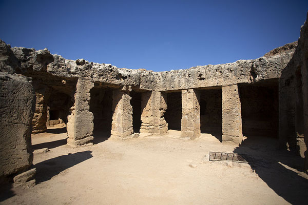 Photo de Square columns around the atrium of Tomb V - Chypre - Europe