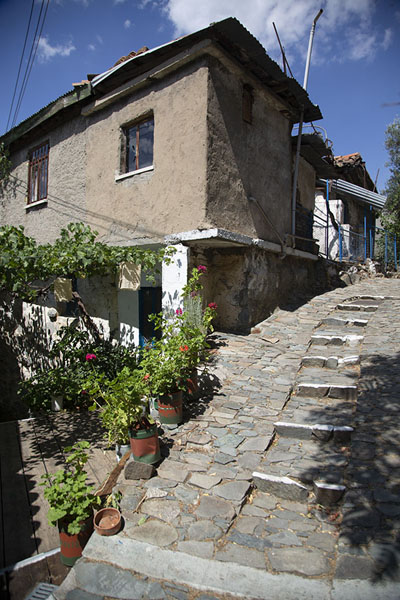Stone alley with steps in Palaiochori | Troodos bergdorpen | Cyprus