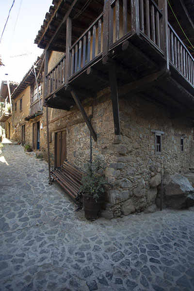 Stone house with wooden balcony on a corner in Kakopetria | Troodos bergdorpen | Cyprus