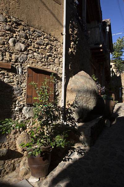 Early morning view of a street with stone houses with a rock jutting out | Villaggi di montagna del Troodos | Cipro