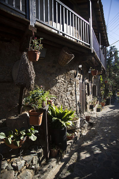 Stone house with wooden balconies on a stone street in Kakopetria | Troodos bergdorpen | Cyprus