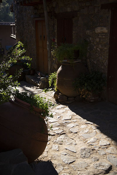Stone alley in Kakopetria with huge pots and flowers | Pueblos de montaña del Troodos | Chipre