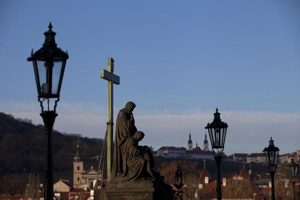 Lanterns and statues are a highlight of Charles Bridge | Praga | Repubblica Ceca