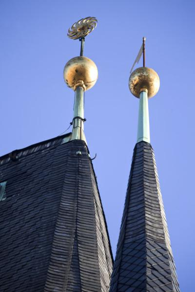 Spires with golden decorations on top of tower on the western side of Charles Bridge | Praga | Repubblica Ceca