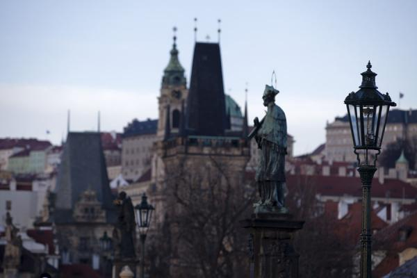Towers with spires, lanterns, and statues at the western side of Charles Bridge | Praga | Repubblica Ceca
