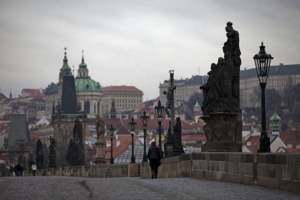 Foto di Looking towards Malá Strana across Charles Bridge with lanterns, statues, and towers - Repubblica Ceca - Europa