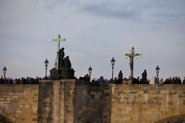Foto van Side view of Charles Bridge with crossed, statues, and lots of pedestriansKarelsbrug - Tsjechië