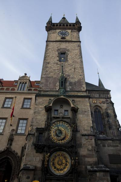 Foto di Looking up the Old Town City Hall tower with the Astronomical ClockOrologio Astronomico di Praga - Repubblica Ceca