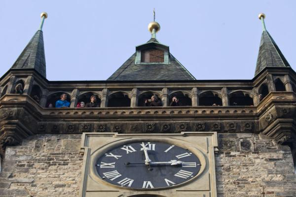 Foto di Looking up the tower on which the Astronomical Clock is locatedOrologio Astronomico di Praga - Repubblica Ceca