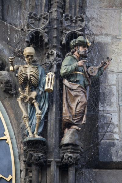 Foto di Death striking the hour with a statue of a Turk next to himOrologio Astronomico di Praga - Repubblica Ceca