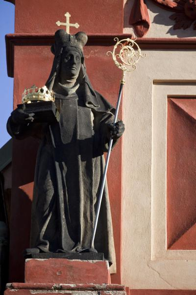 Statue of saint on the facade of St. George Basilica | Praga | Repubblica Ceca