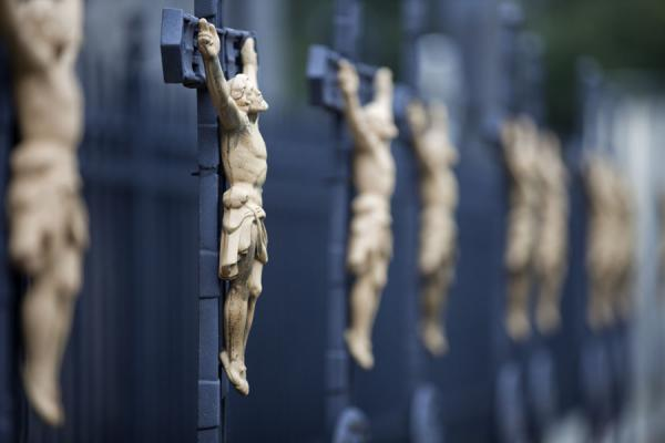Foto di Black crossed with golden Jesus at Vyšehrad cemetery - Repubblica Ceca - Europa