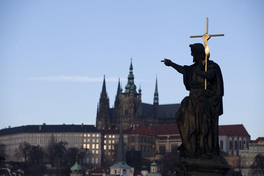 Photo de Républiquie Tchèquie (View of statue of St. John the Baptist on Charles Bridge with Prague Castle in the background)