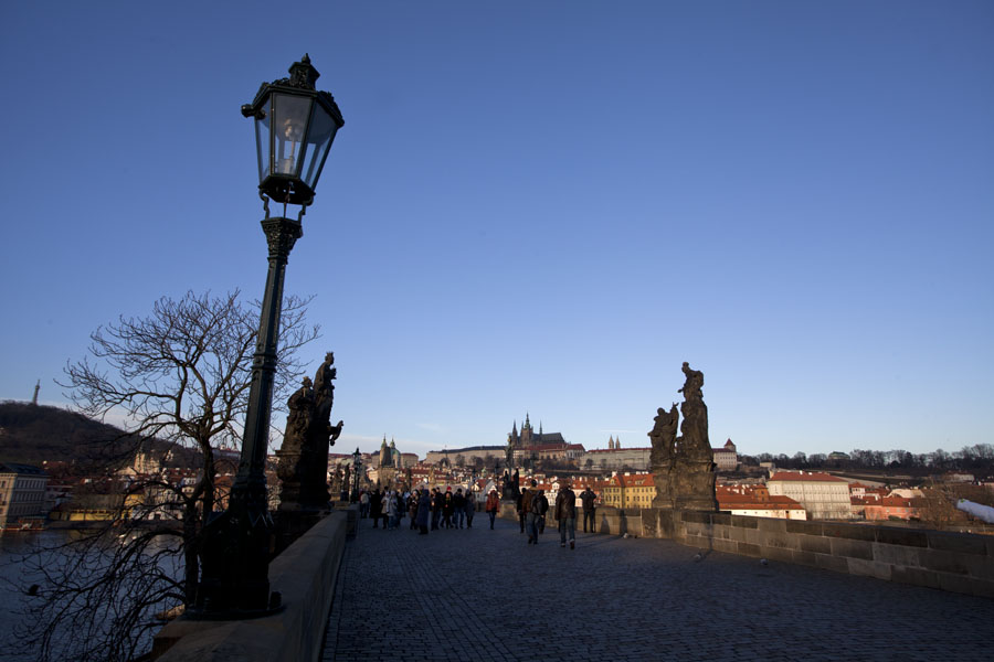 Foto de Chequia (Charles Bridge in the early morning with lanterns, statues, and Prague Castle in the distance)