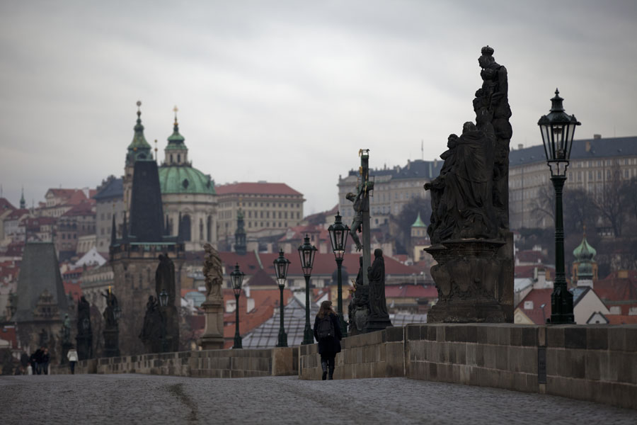 Foto di Cechia (Looking towards Malá Strana across Charles Bridge with lanterns, statues, and towers)