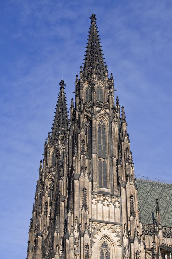 Foto di Side view of the bell towers of St. Vitus CathedralCastello di Praga - Cechia