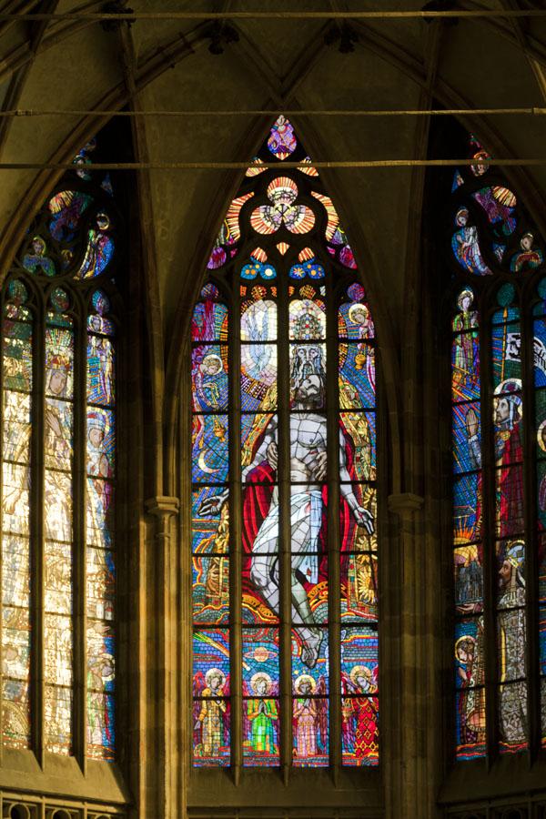 Foto di Majestic stained glass windows in St. Vitus CathedralCastello di Praga - Cechia