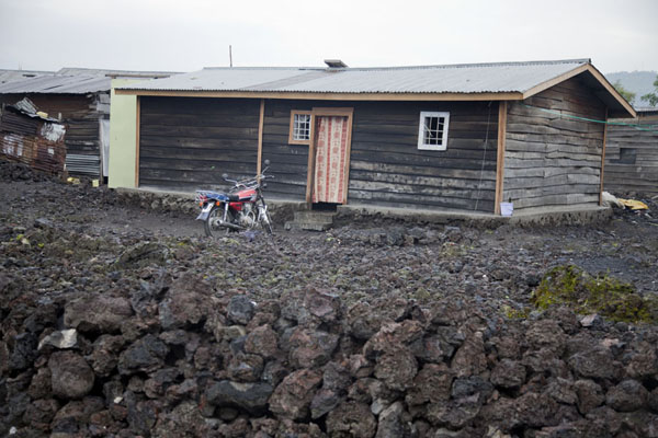 Foto van Wooden house surrounded by volcanic rocks in GomaGoma - Democratic Republic Congo