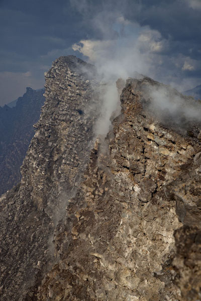 Gas coming up the steep walls of the crater of Nyiragongo | Volcan Nyiragongo | Rep. Democrática del Congo