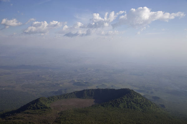 Foto van Congo-Kinshasa (View from the Nyiragongo: a smaller crater, Goma, and Lake Kivu in the distance)