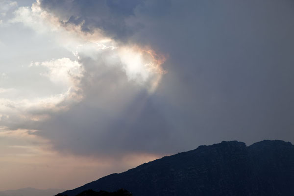 Cloud with volcanic gases hanging over the crater in the late afternoon - 刚果民主共和国 - 非洲