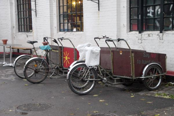 Some of the carrier-bikes parked at a bar | Christiania | Dinamarca