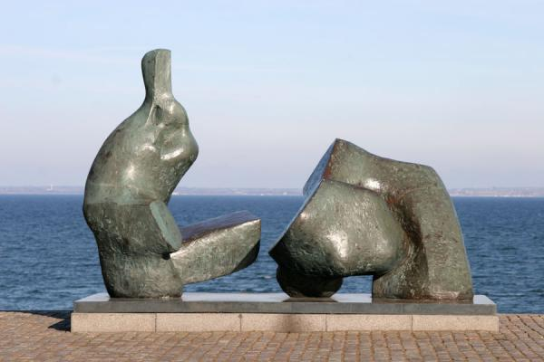Photo de Sculptures looking out over the sea towards SwedenLouisiana - le Danemark