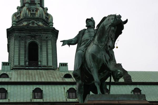 Photo de Statue Frederik VII in front of Christianborg SlotCopenhague - le Danemark