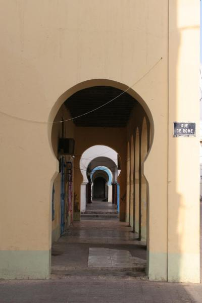 Foto de Typical arched street in Djibouti villeCiudad Yibuti - Yibuti