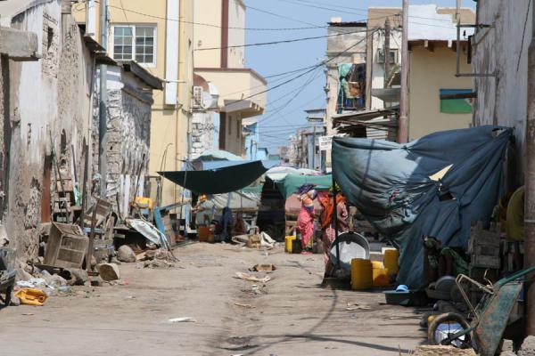 Foto di Messy street in the African quarter in Djibouti townCitta Gibuti - Gibuti