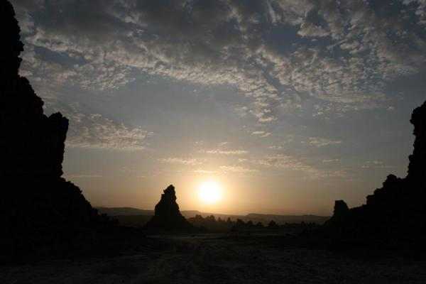 Photo de Sun rising over the landscape of Lac AbbéLac Abbé - Djibouti