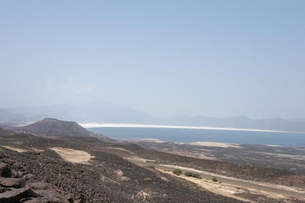 Foto de Lac Assal is surrounded by volcanic landscapeLago Assal - Yibuti