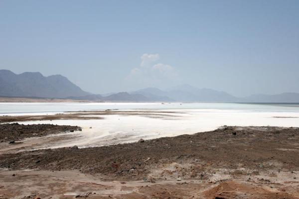 Lac Assal with mountains in the background | Lago Assal | Gibuti