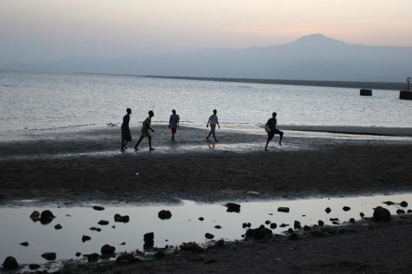 Foto de Boys playing on the beach of TadjouraTadjoura - Yibuti