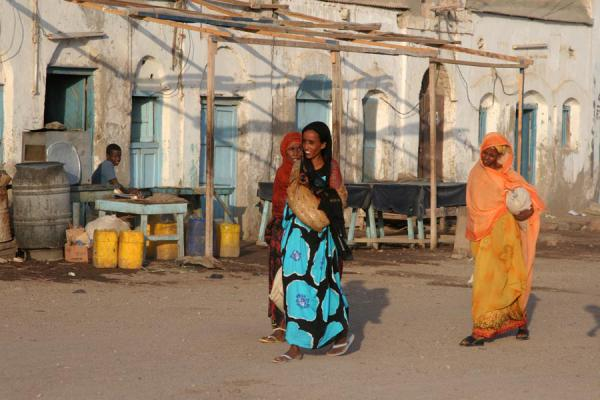 Foto van Djibouti (Women taking a stroll on the boulevard of Tadjoura)