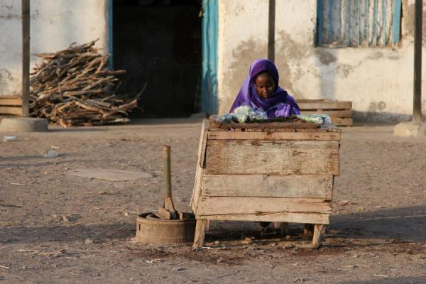 Woman selling qat on the streets of Tadjoura - 吉布地