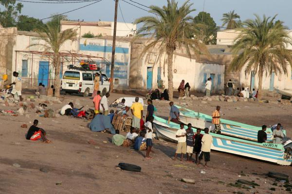 Photo de Beach, boats and people on the waterfront of TadjouraTadjourah - Djibouti