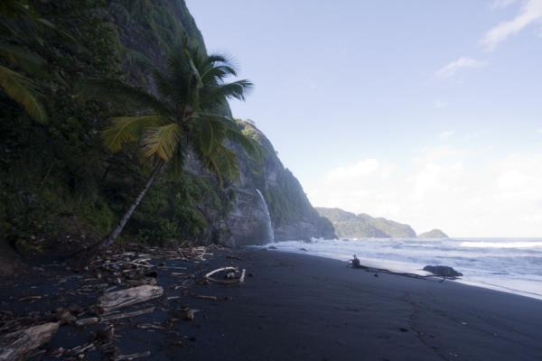 Foto van Beach with Ravine Cyrique waterfall in the backgroundRavine Cyrique waterval - Dominica