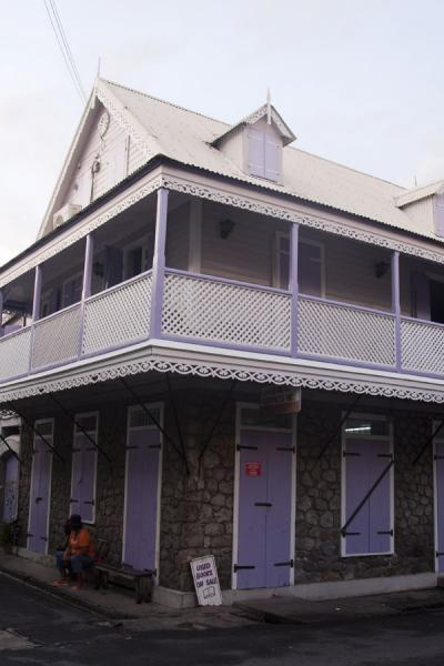 Foto van House made of rocks and wood painted purple - Dominica - Amerika