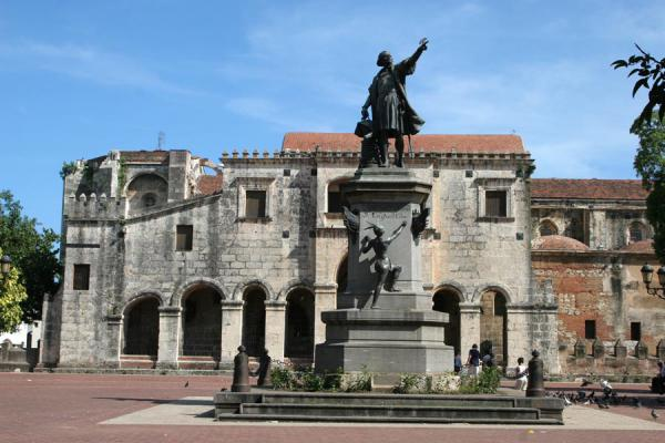 的照片 Catedral Primada de las Américas with statue of Columbus - 多明尼加共和国