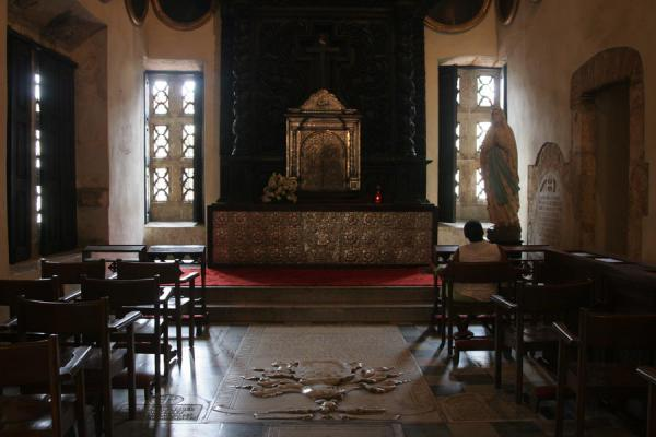 Photo de Lone woman praying in a chapel of the Catedral Primada de las AméricasSaint Domingue - République dominicaine