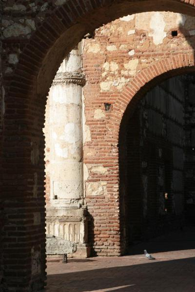 Close-up of column and arches of the ruins of Hospital San Nicolás de Bari - 多明尼加共和国