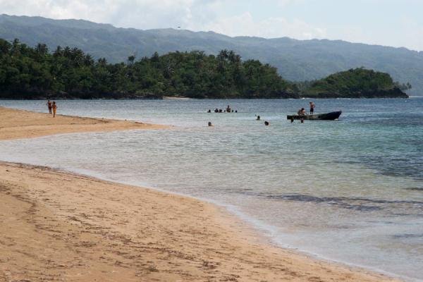 Photo de Beach of Las Terrenas with people and boat - République dominicaine - Amérique