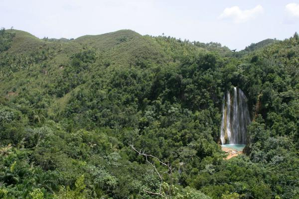 Interior of Samaná peninsula: Limón waterfall in a carpet of tropical forest - 多明尼加共和国